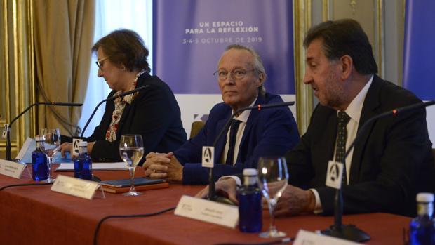 De izquierda a derecha, Carmen Martínez de Castro, directora del I Foro La Toja Vínculo Atlántico; Josep Piqué, presidente del foro; y Amancio López Seijas, principal promotor