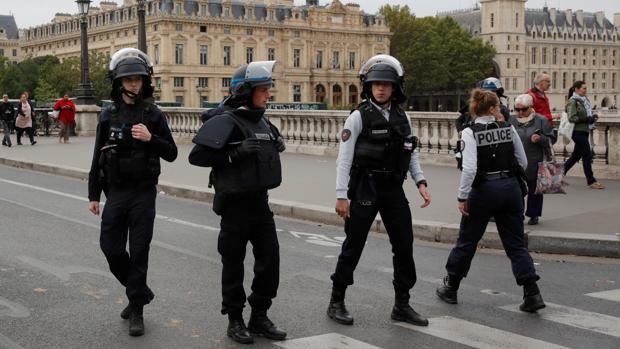 Agentes de Policía en las cercanías de la Prefectura en París