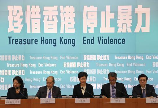 """Acompañada de todo su gabinete, la jefa ejecutiva del Gobierno de Hong Kong, Carrie Lam (en el centro), ha decretado la """"ley antimáscaras"""" invocando las leyes de emergencia de la época colonial. PABLO M. DÍEZ"""