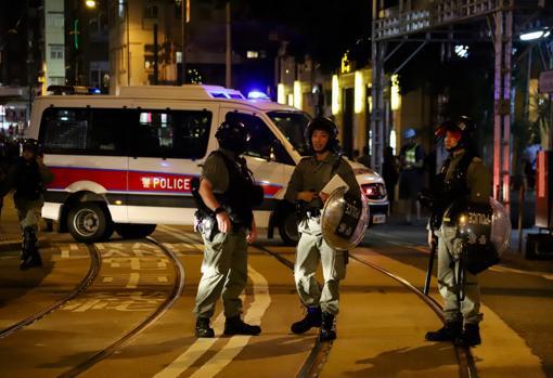 """La Policía, que """"bombardea"""" las protestas con gases lacrimógenos, puede detener a partir de ahora a quien lleve una máscara, incluso en las manifestaciones autorizadas. PABLO M. DÍEZ"""