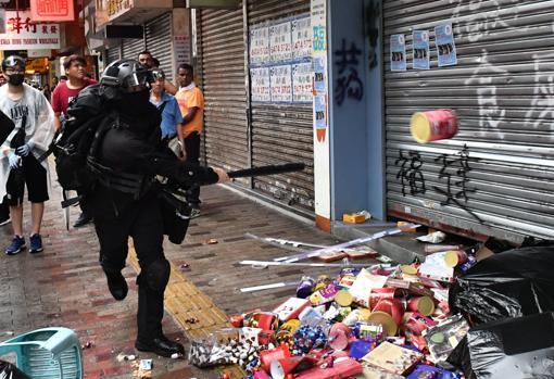 Un policía, en una calle vandalizada cerca de Hong Kong