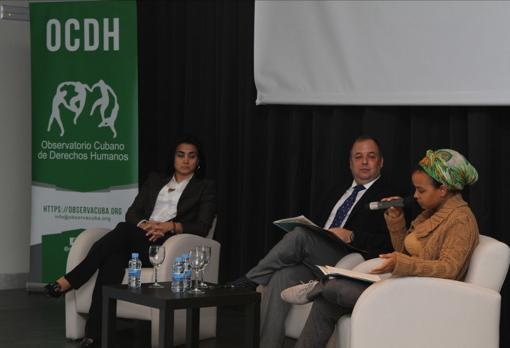 Dayli Caro (izquierda), Yaxys Cires y Yanelis Nuñez, el martes durante la presentación del informe