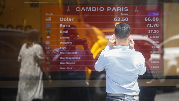 Argentina endurece los controles y limita la compra de dólares de 10.000 a 200 mensuales
