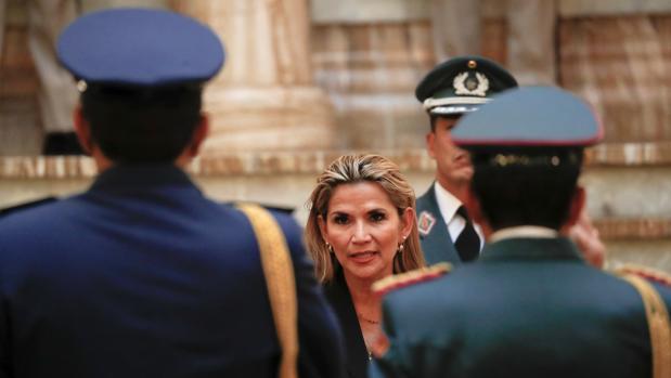 El Ejército y la Policía respaldan a la presidenta interina de Bolivia