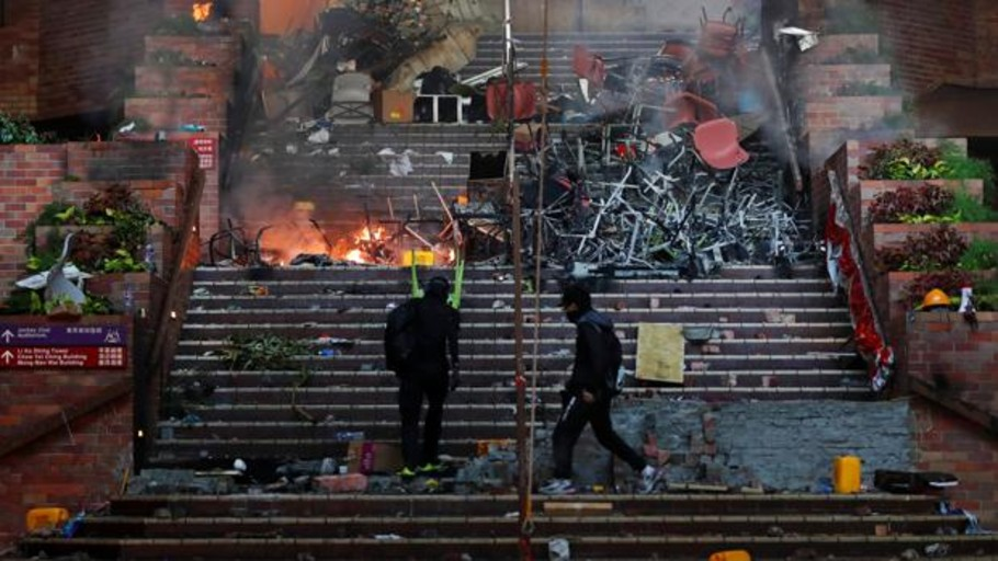 Unos 500 manifestantes siguen cercados por la Policía en la Universidad Politécnica de Hong Kong