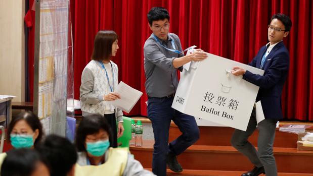 Aplastante victoria de la oposición democrática en las elecciones municipales de Hong Kong