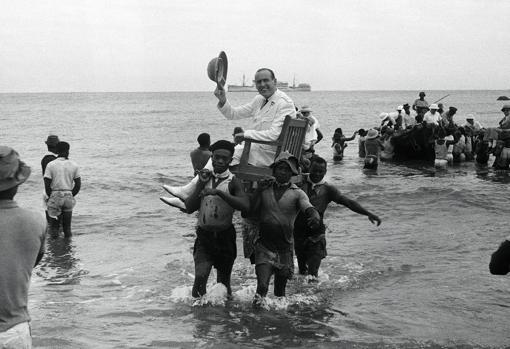 Fotografía de la exposición «Cazadores de imágenes en la Guinea colonial», realizada durante una expedición al país africano liderada por el fotógrafo madrileño Manuel Hernández Sanjuán en 1944
