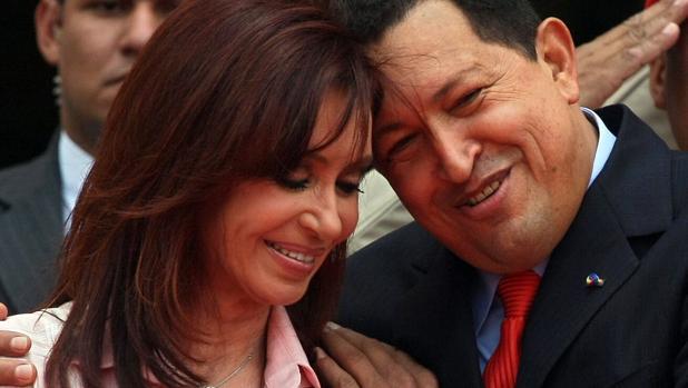 La hija predilecta de Hugo Chávez renueva su amistad con Cristina Kirchner con unos muñecos