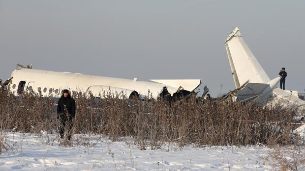 Al menos 15 muertos al estrellarse un avión en Kazajistán con 100 personas a bordo