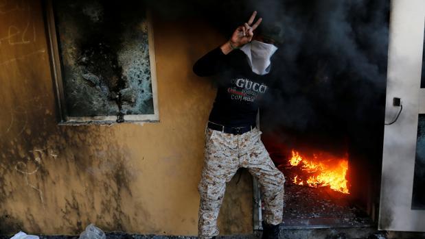 Una turba toma la embajada de Estados Unidos en Irak al grito de «muerte a América»
