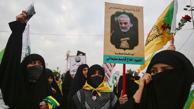 Miles de iraquíes marchan al grito de «Muerte a América» en el funeral por el general Suleimani