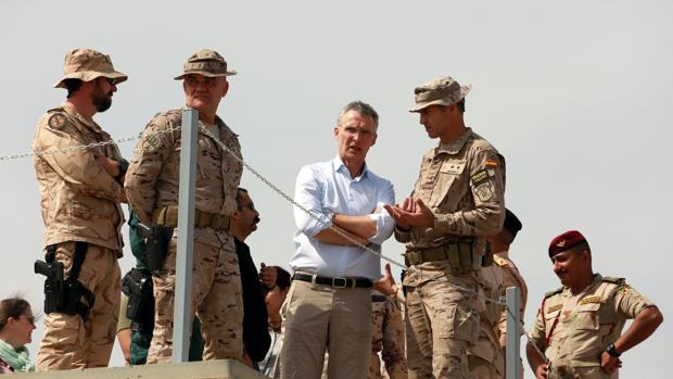El secretario general de la OTAN, Jens Stoltenberg (centro), durante su visita a la base militar de Besmaya