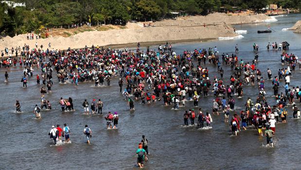 Cientos de emigrantes intentan entrar en México tras cruzar la frontera con Guatemala