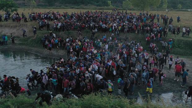 La caravana de emigrantes entra en México y avanza hacia EE.UU.