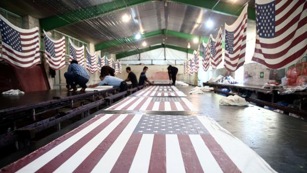Empleados de la fábrica de Jomein elaboran banderas de EE.UU.