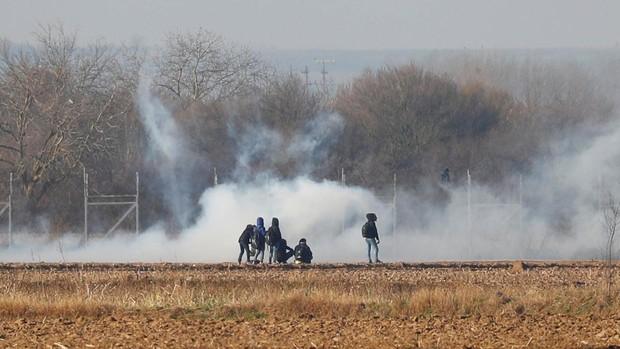 Las autoridades griegas acusan a la policía fronteriza turca de ayudar a los refugiados a cortar las verjas