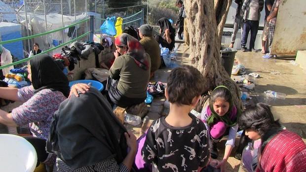 Una refugiada afgana en Lesbos: «Nos queremos ir de aquí, nuestros hijos están enloqueciendo»