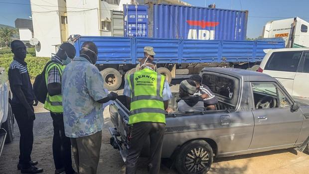 Hallan muertos 64 migrantes en el interior de un camión en Mozambique
