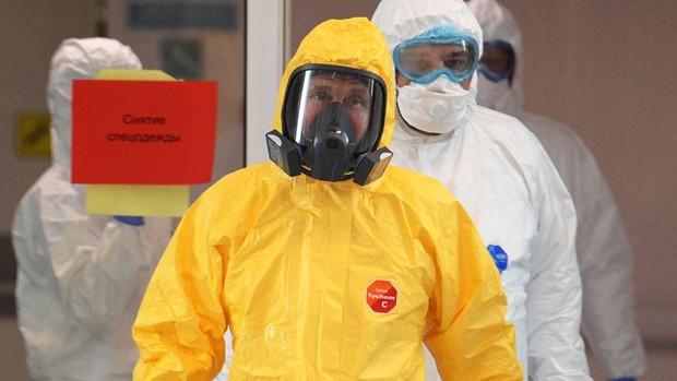 Putin visita a enfermos de coronavirus en un centro médico de Moscú