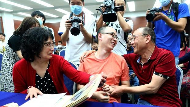 Un hombre se reencuentra con sus padres biológicos en China tras haber pasado 32 años secuestrado