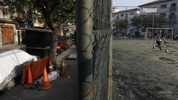 El cadáver de una posible víctima de Covid-19 permanece 30 horas en la calle en Río de Janeiro