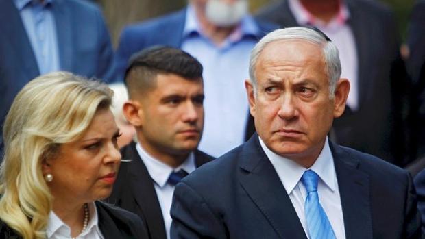 Netanyahu se sienta en el banquillo para defender su inocencia en tres casos de corrupción