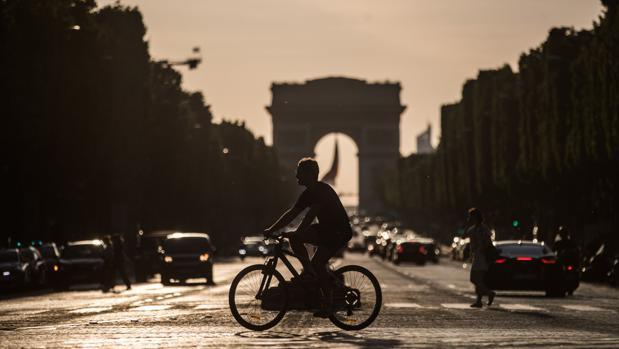 Francia avanza en la desescalada y reabrirá bares y restaurantes el 2 de junio