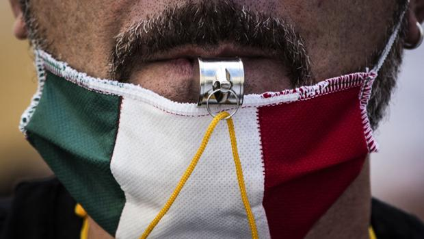 Los italianos temen más la pobreza que el virus: el 54% pone la economía por encima de la salud