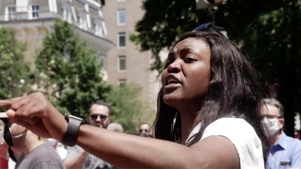 Una mujer afroamericana se enfrenta a los manifestantes en Estados Unidos: «¡Vosotros sois los racistas!»