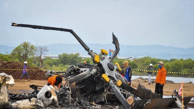 Al menos cuatro muertos y cinco heridos tras estrellarse un helicóptero militar en Indonesia