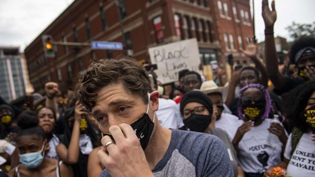 El alcalde de Mineapólis sale abucheado de una manifestación por negarse a desmantelar la Policía