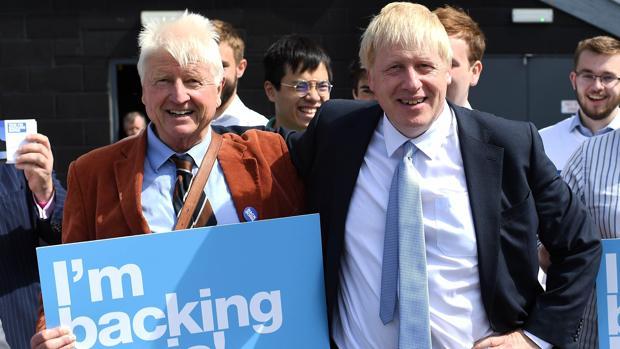 El padre de Johnson se salta las restricciones de viaje del Reino Unido para visitar su villa de Grecia