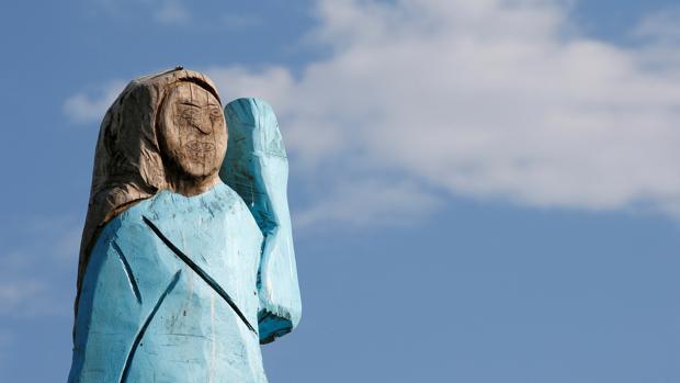 Queman la estatua de Melania Trump en su pueblo natal de Eslovenia