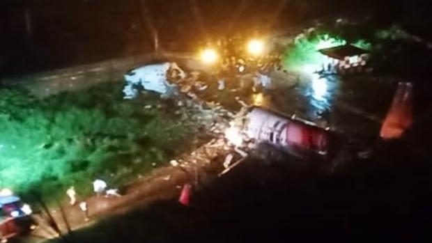 Al menos 17 muertos tras partirse un avión en dos cuando aterrizaba en el sur de la India