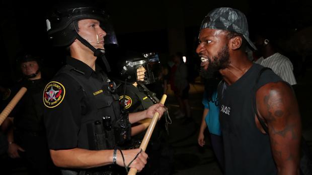 La Policía tirotea a otro hombre de raza negra y reaviva la protesta racial en EE.UU.