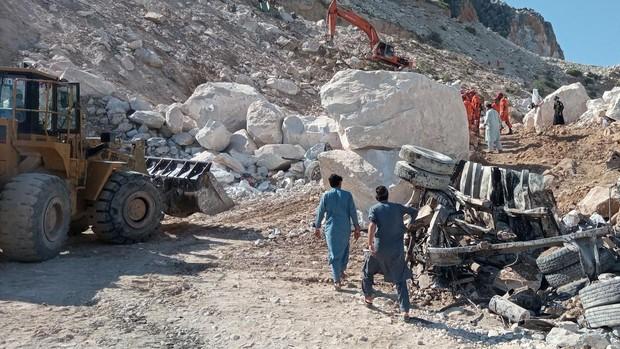 Al menos 21 muertos y 15 desaparecidos tras producirse un derrumbe en una cantera de mármol en Pakistán
