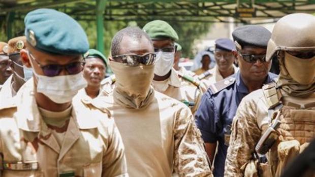 La junta militar nombra a un exministro de Defensa como presidente de transición en Malí
