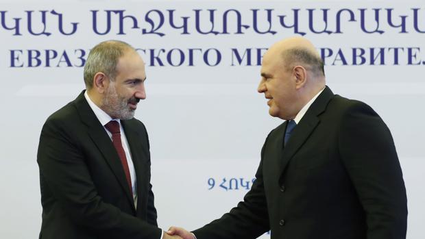 El Kremlin sienta a Armenia y Azerbaiyán a negociar un alto el fuego