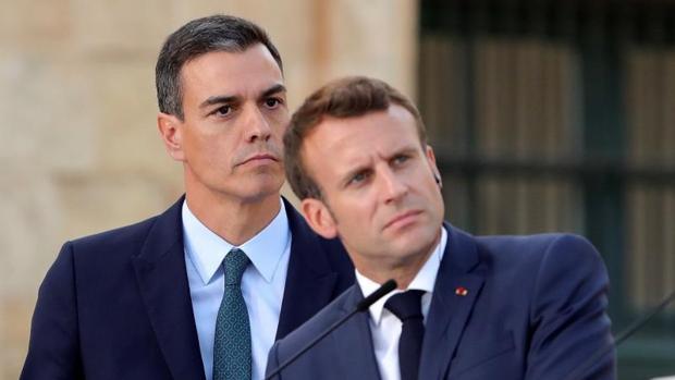 Similitudes y diferencias de lo que han hecho Sánchez y Macron con Madrid y París