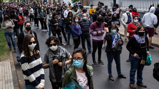 Los chilenos acuden en masa a votar en el plebiscito sobre una nueva constitución