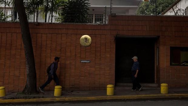 «Cortes de luz o agua» para sabotear a la Embajada española de Venezuela