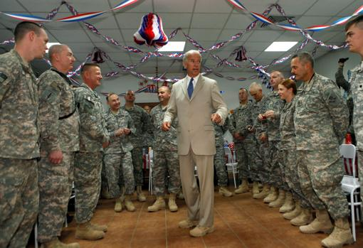 Biden, en 2009 en un campamento militar a las afueras de Bagdad