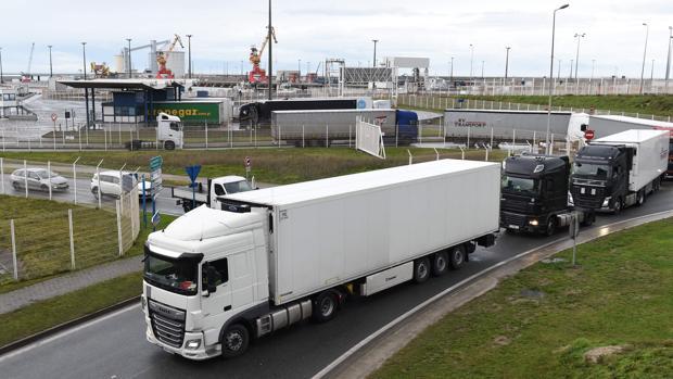 Francia abre fronteras pero la tensión aumenta con 4.000 camiones varados en Reino Unido