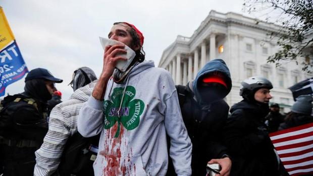 Cuatro muertos y medio centenar de detenidos durante el asalto al Capitolio de EE. UU.