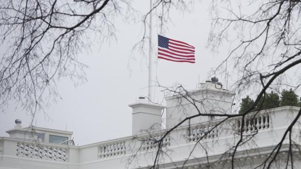 Trump ordena arriar la bandera de la Casa Blancaa media asta en honor a los policías muertos tras el asalto