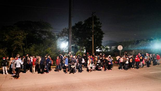 Centenares de migrantes hondureños parten en una nueva caravana de inmigrantes hacia EE.UU.