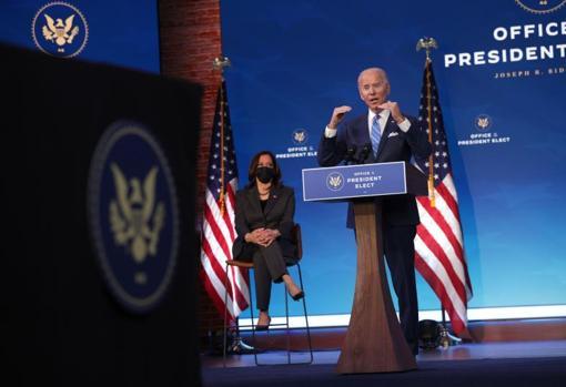 El presidente electo, Joe Biden, presenta su plan contra la crisis causada por el coronavirus ante la mirada de la futura vicepresidenta, Kamala Harris