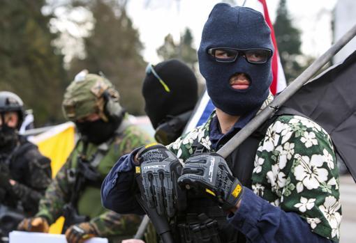 Un miembro del «Boogaloo Movement» combina la camisa hawaiana con indumentaria militar