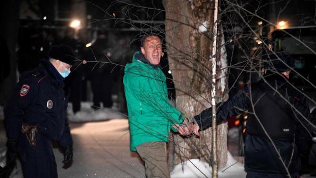 El líder de la oposición, Alexei Navalny, es escoltado fuera de una comisaría de policía en Khimki