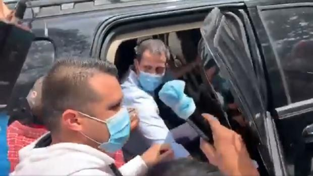 Presuntos chavistas acosan a Guaidó en un acto en Caracas